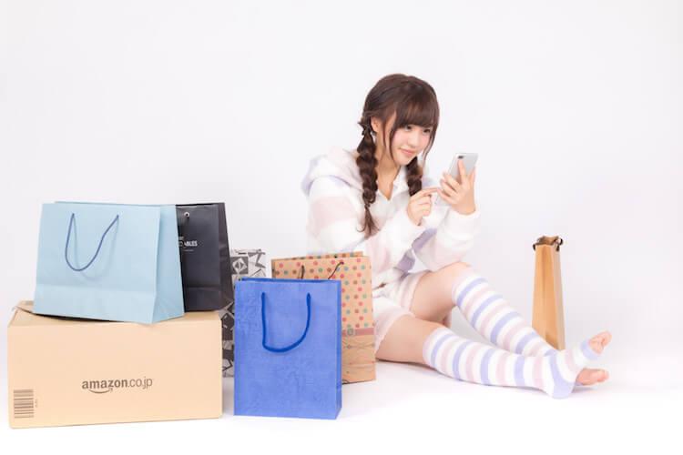 買い物をする女の子の写真